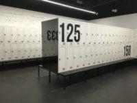 Les armoires métalliques de vestiaires avec bancs